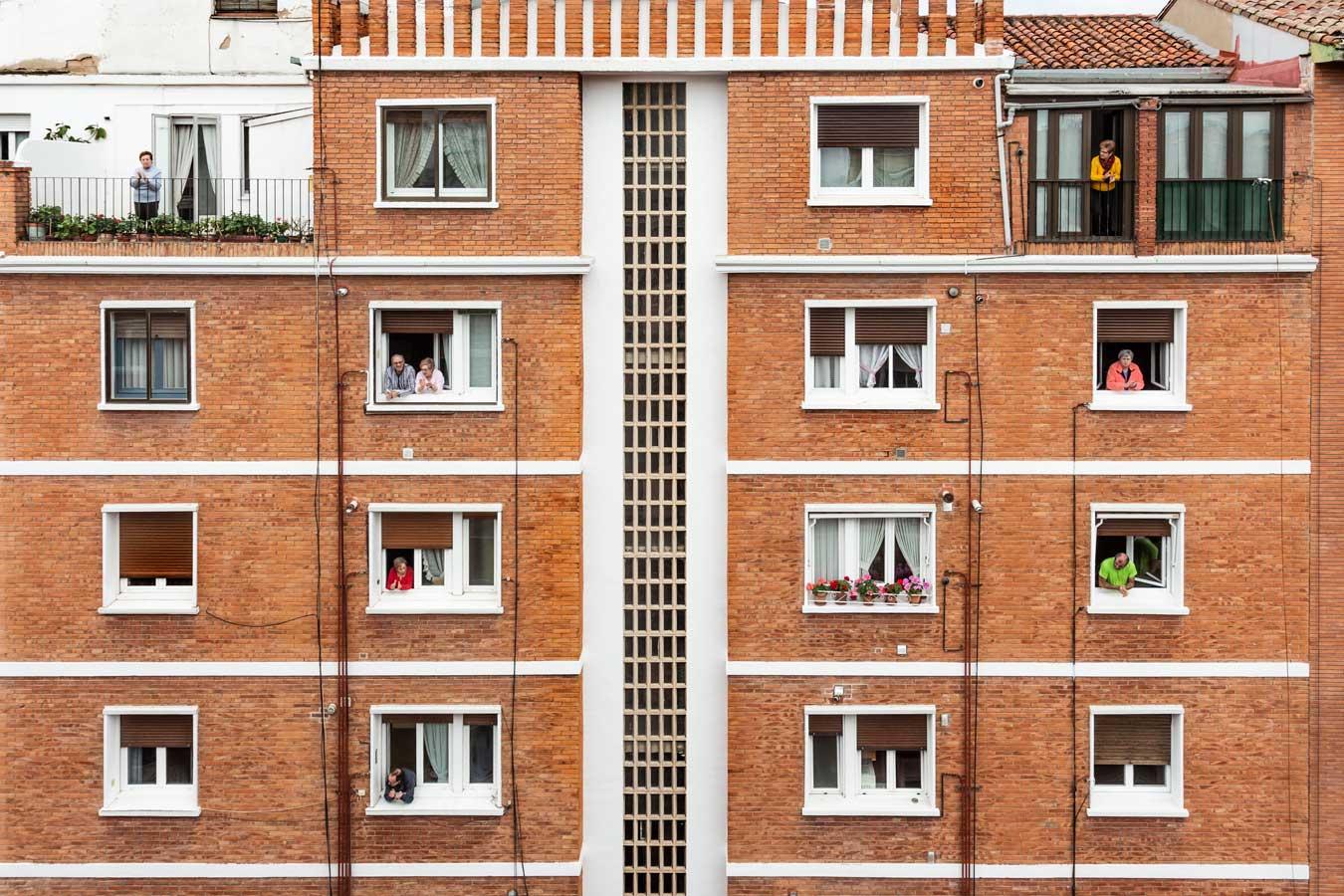 Gente aplaudiendo por las ventanas durante la pandemia de 2020
