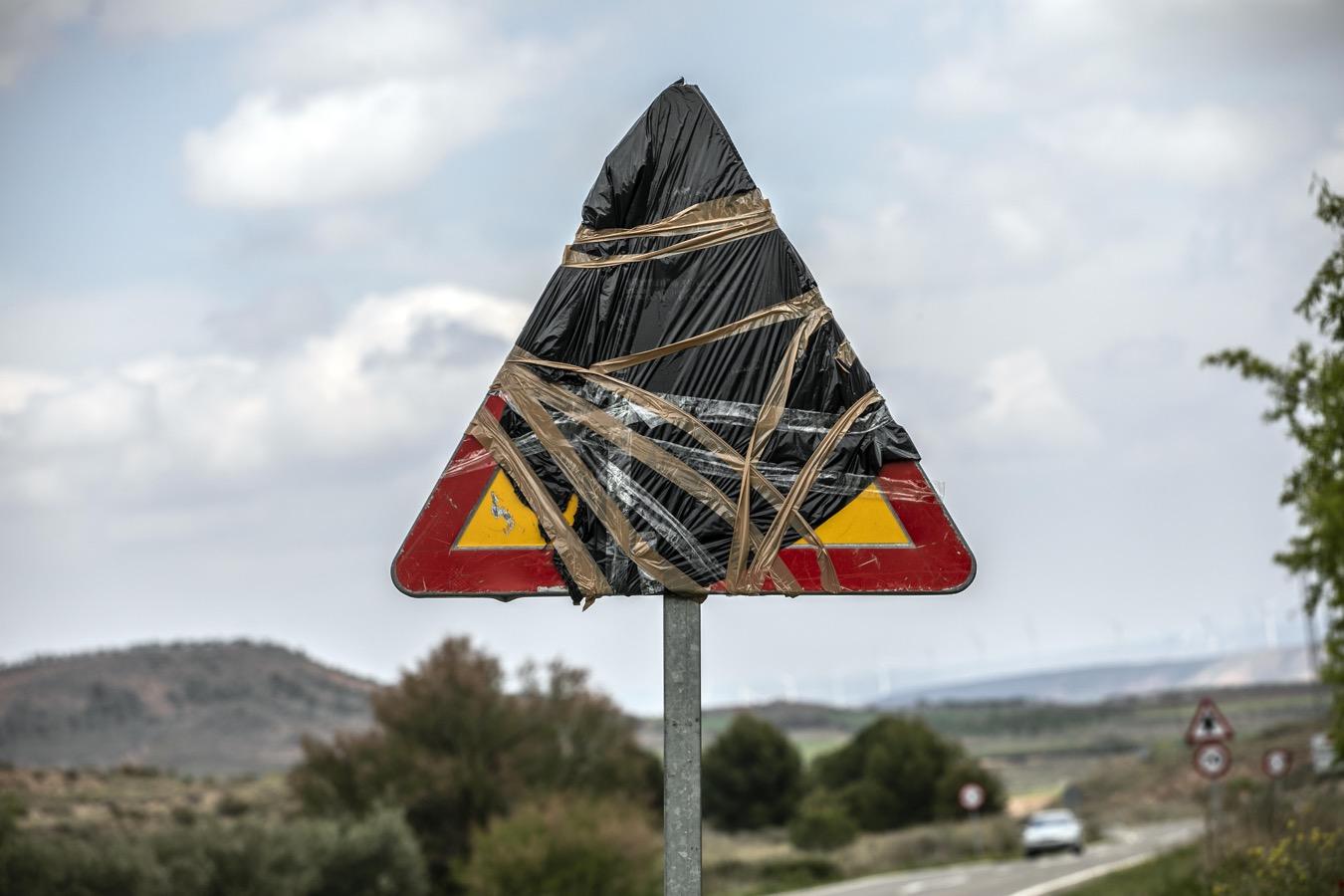 Señal de tráfico cubierta con un plástico.