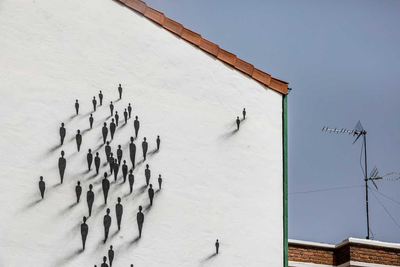 Vista de la fachada de una casa con un grafiti pintado en ella