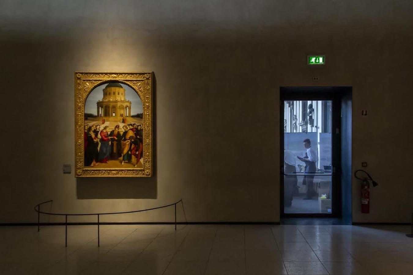 Vista de la sala de un museo, donde se ve un cuadro colgado
