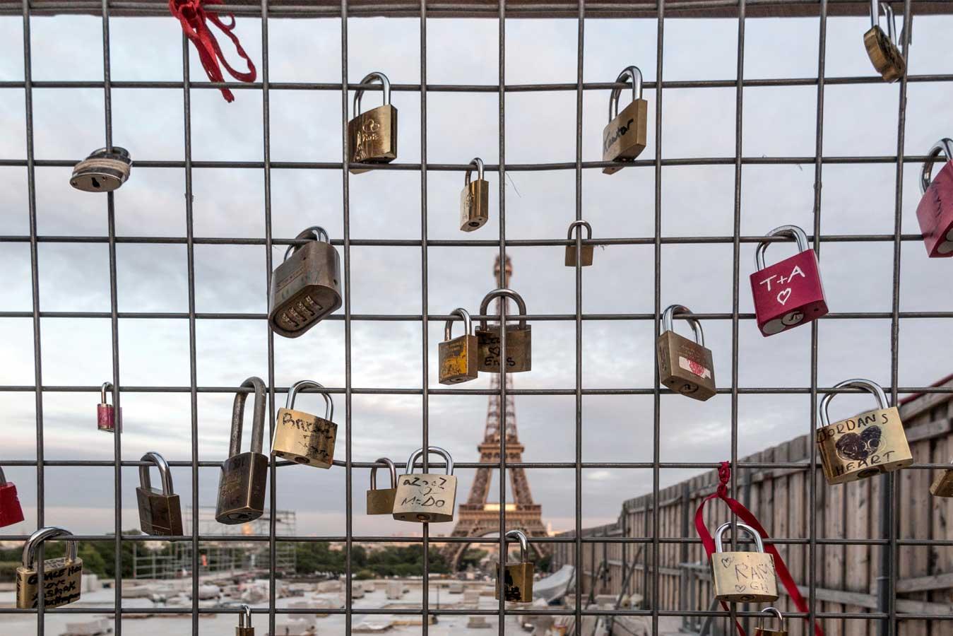 Candados atados en una valla de un puente de París
